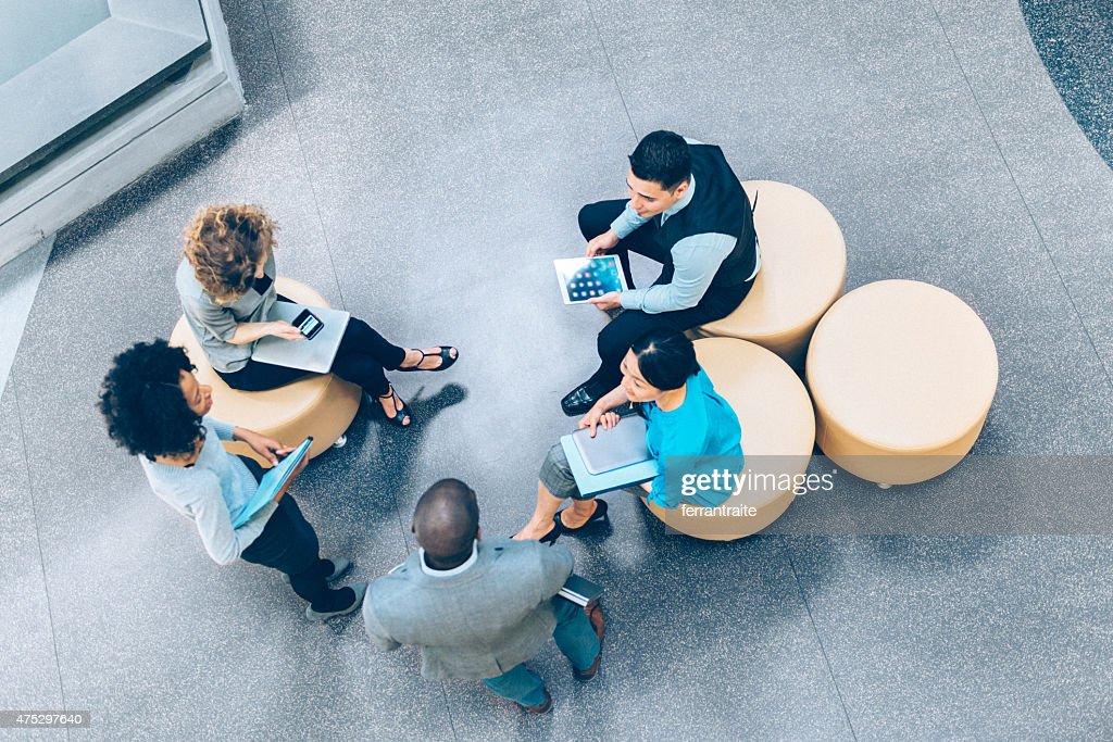 オーバヘッド名様までのビジネスミーティング : ストックフォト