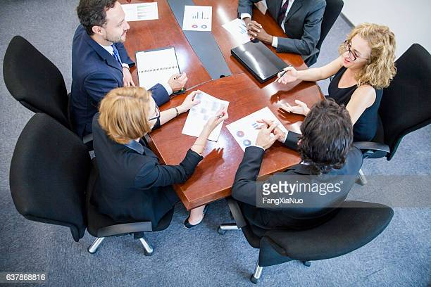 overhead view of business team meeting in conference room - conselho diretor - fotografias e filmes do acervo