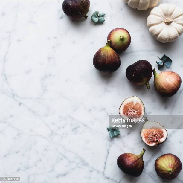 overhead view of figs and pumpkins on table - marbre blanc photos et images de collection