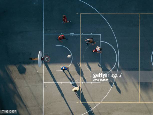 overhead view of friends on basketball court playing basketball game - basketbal teamsport stockfoto's en -beelden