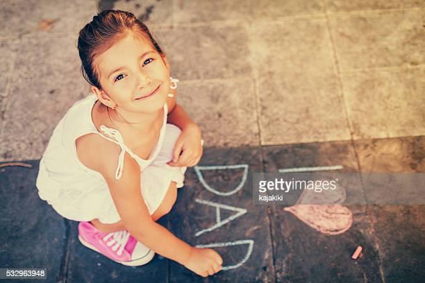 Visão geral de menina escrevendo no passeio
