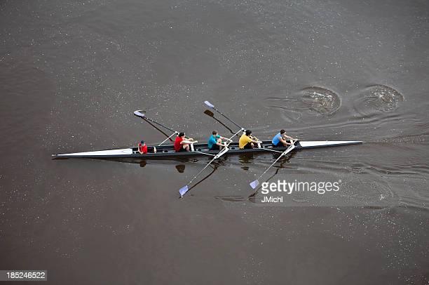 Vista dall'alto dell'uomo di Canottaggio a quattro persona Barca da canottaggio.
