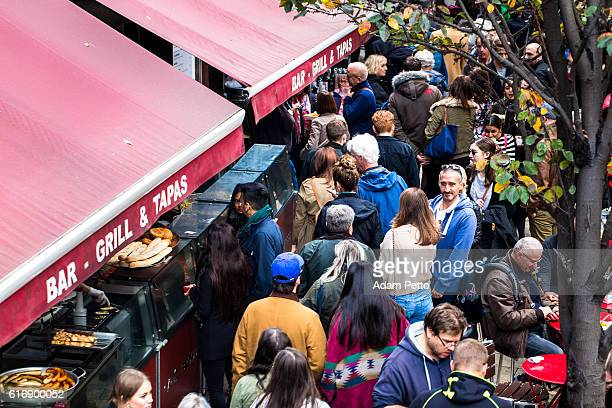 overhead view of people at borough market, london, uk - borough market - fotografias e filmes do acervo