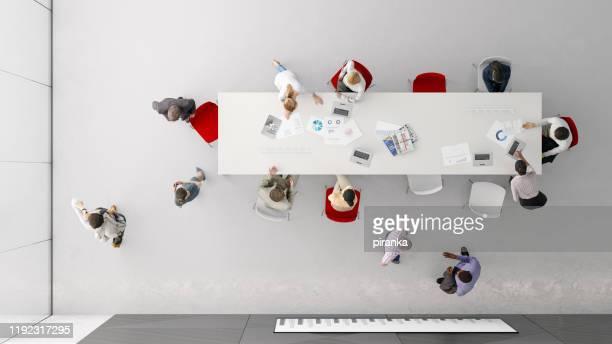 bovenaanzicht van de mensen op kantoor - hoog standpunt stockfoto's en -beelden