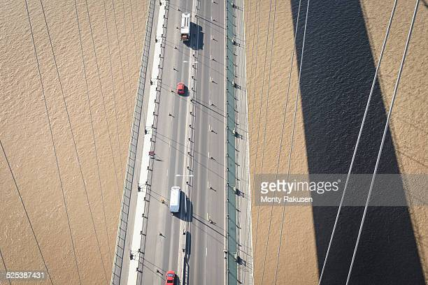 overhead view of roadway on suspension bridge. the humber bridge, uk was built in 1981 and at the time was the worlds largest single-span suspension bridge - monty shadow - fotografias e filmes do acervo