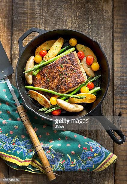 オーバヘッドの野菜をローストサーモンと鋳鉄のパンします。