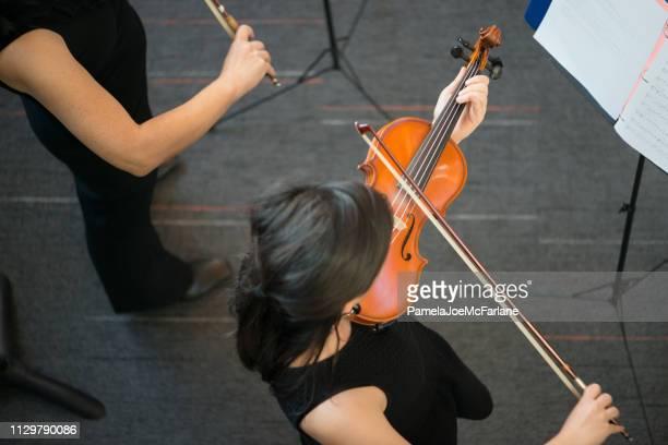 vista aérea de estudiantes violinistas tocando en un concierto - stringed instrument fotografías e imágenes de stock