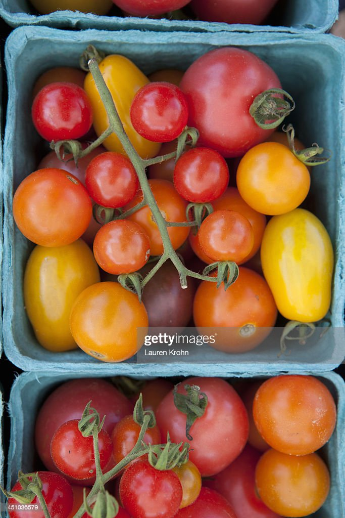 Overhead view of tomatoes at a Farmers Market : Stock Photo