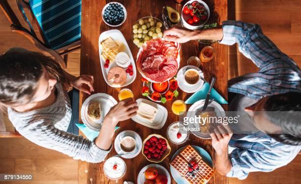 Vue aérienne sur la table du petit déjeuner, Couple prenant le petit déjeuner ensemble