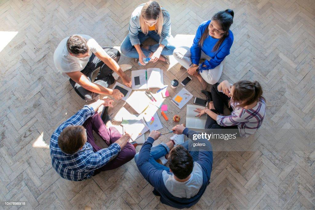 Draufsicht auf junge Menschen am Boden : Stock-Foto