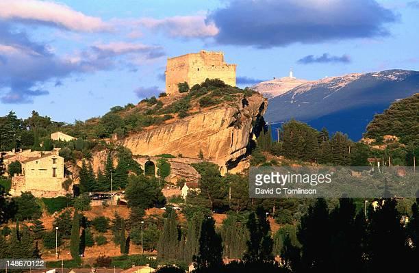 overhead view to vaison-la-romaine castle, mont ventoux beyond, vaucluse region. - モンヴァントゥー ストックフォトと画像