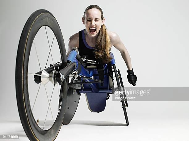 Plus qu'heureuses femme athlète en fauteuil roulant