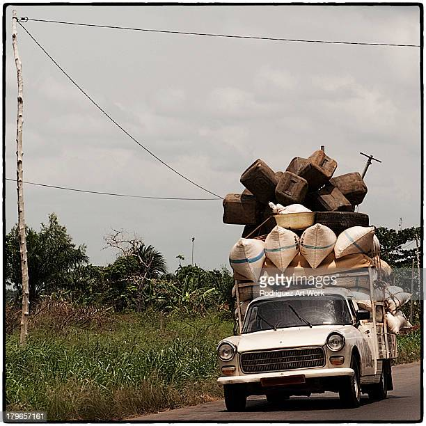 overloaded car - vierkant compositie stockfoto's en -beelden