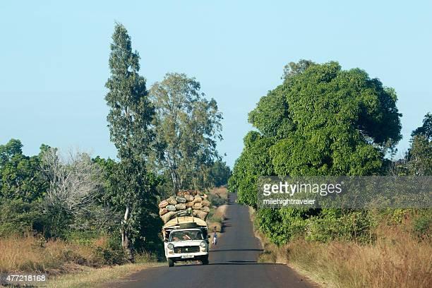 sobrecargado sways de vehículo de carretera de madagascar - madagascar fotografías e imágenes de stock
