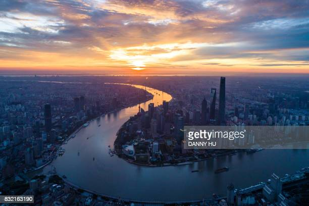 overlook of shanghai landmark at sunrise - rio huangpu - fotografias e filmes do acervo