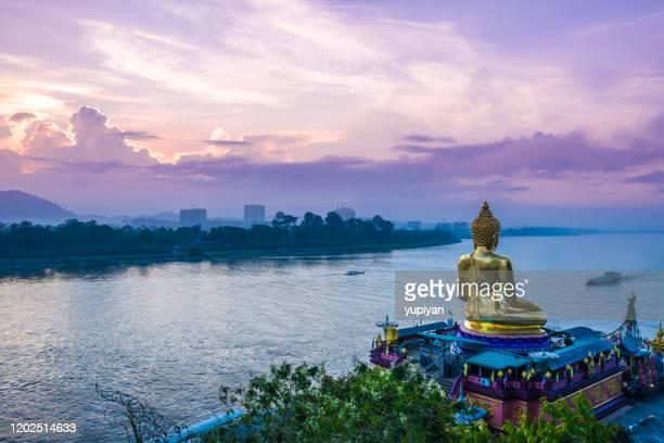 con vistas al triángulo dorado y al río mekong - laos fotografías e imágenes de stock