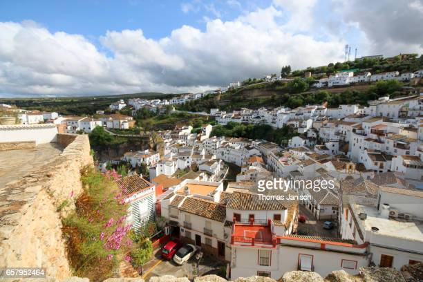 overlooking setenil de las bodegas, one of the white towns (pueblos blancos) of andalusia - setenil de las bodegas stock-fotos und bilder