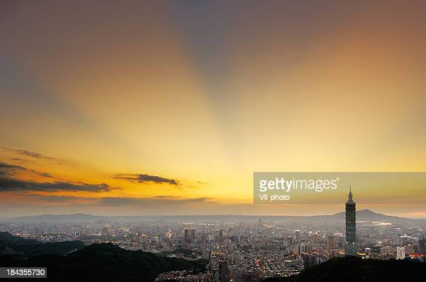 overlooking taipei 101 tower and the city during sunset - taipei 101 個照片及圖片檔