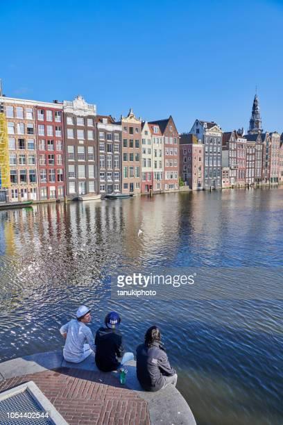 Met uitzicht op de dansende huizen in Amsterdam