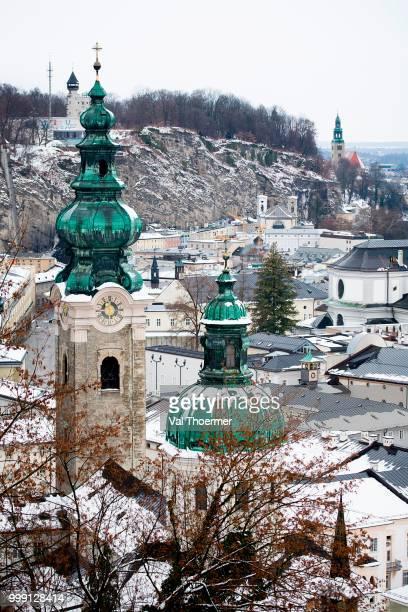 overlooking the historic district of salzburg with steeples of kollegienkirche, collegiate church and franziskanerkirche, franciscan church, austria - val thoermer stock-fotos und bilder