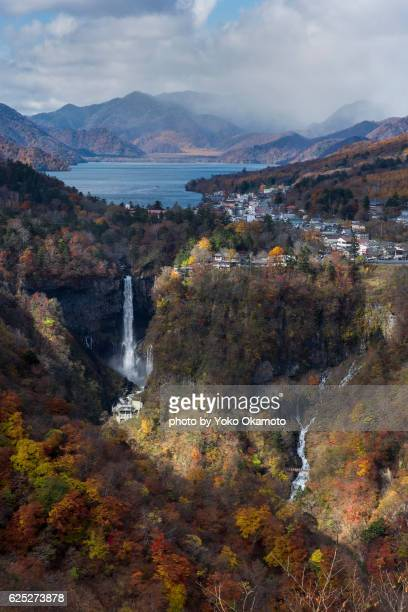 overlooking the view of nikko in autumn - 湖 fotografías e imágenes de stock