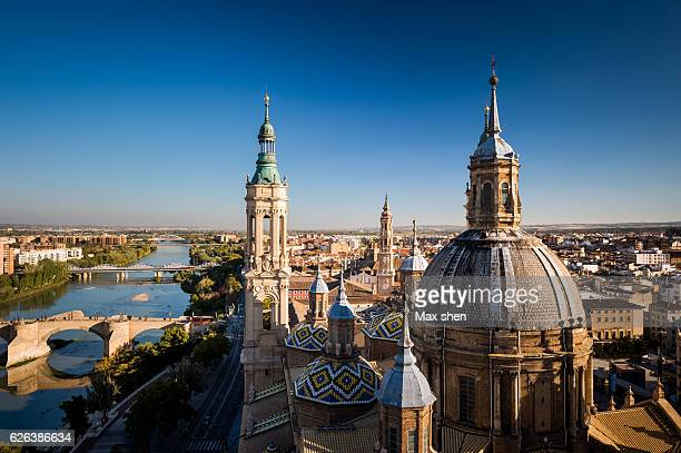 overlooking view of the cathedral-basilica of our lady of the pillar in zaragoza, spain. - aragon fotografías e imágenes de stock