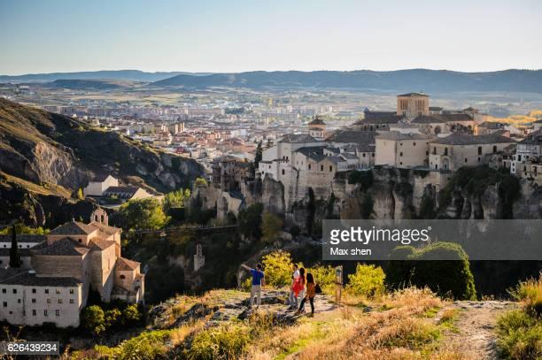 overlooking view of the old town of cuenca from the cliff. - cuenca provincia de cuenca fotografías e imágenes de stock
