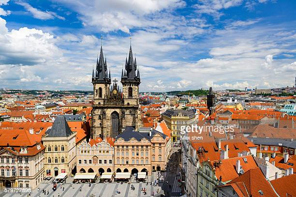 overlooking view of the tyn church at the old town square in prague - notre dame de tyn photos et images de collection