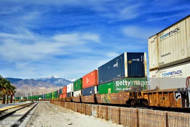 Übersee Container gestapelt auf Güterzug, Palm Springs, Kalifornien, USA