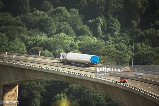 remorque de charge surdimensionnée sur le viaduc d'autoroute - surdimensionné photos et images de collection
