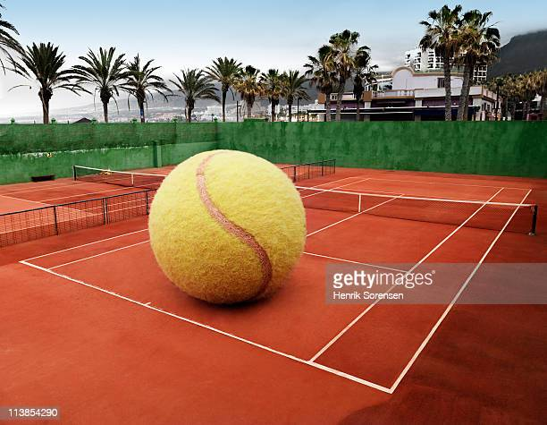oversized ball on an outdoor tennis court - tamanho desproporcionado - fotografias e filmes do acervo