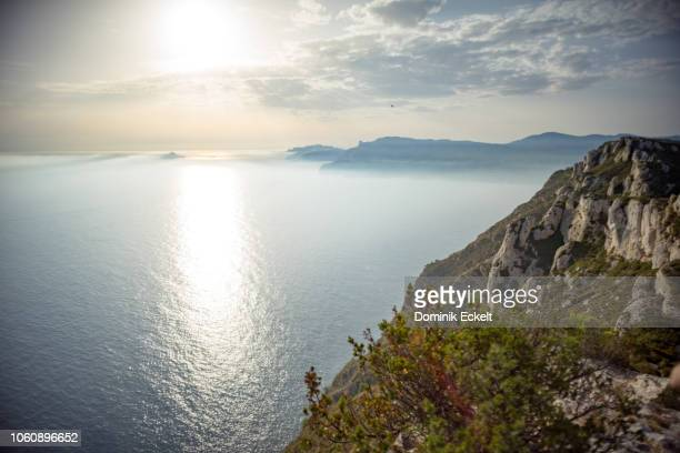 overview about misty calanques (côte d'azur) - ラシオタ ストックフォトと画像