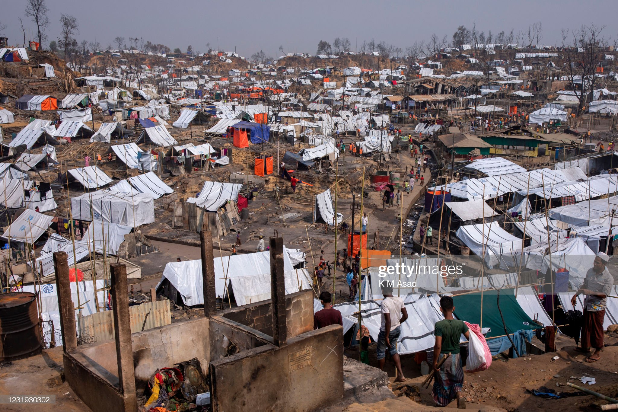 Overview of Rohingya refugee camp after a massive fire broke... : News Photo