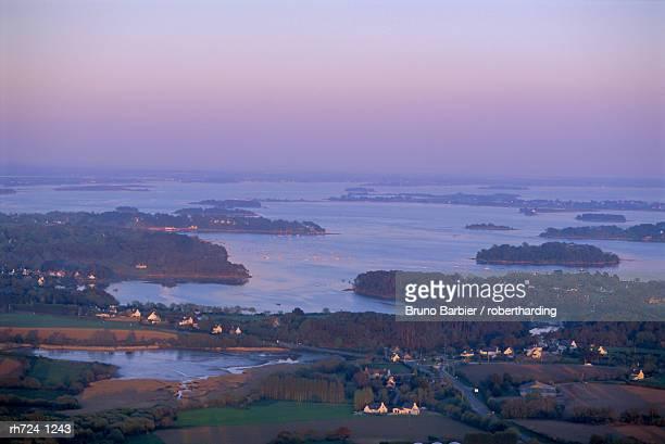 overview of the west coast, golfe du morbihan (gulf of morbihan), brittany, france, europe - golfe du morbihan photos et images de collection