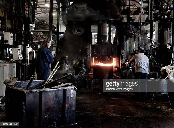overview of workers in a steel factory - indústria metalúrgica - fotografias e filmes do acervo