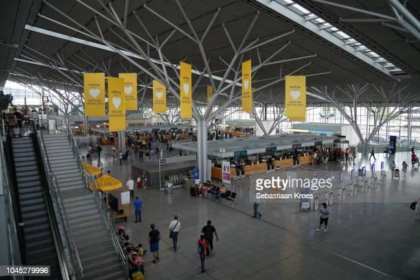 overview on departures terminal stuttgart airport, germany - シュトゥットガルト ストックフォトと画像