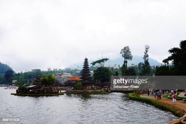 overview on pura ulun danu bratan temple in bedugul, bali, indonesia - meru filme stock-fotos und bilder
