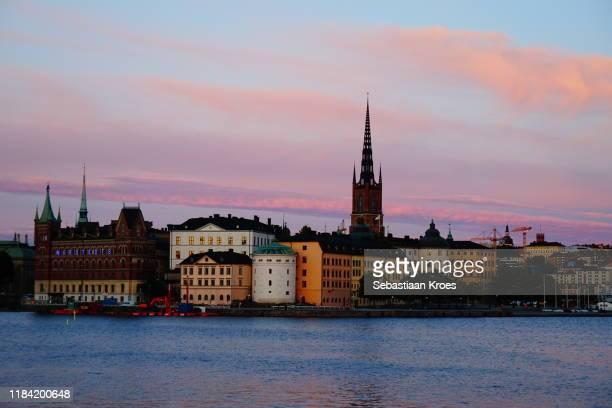 overview on riddarholmen at dusk, stockholm, sweden - riddarholmkirche stock-fotos und bilder