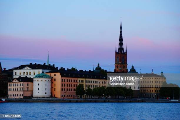 overview on riddarholmen island, stockholm, sweden - iglesia de riddarholmen fotografías e imágenes de stock