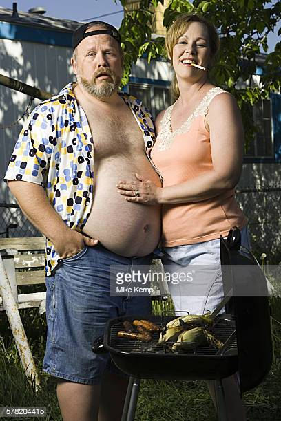overweight couple in a trailer park - homme gros ventre photos et images de collection