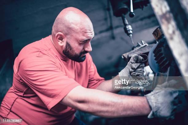 övervikt mekaniker fräsning en del - don smith bildbanksfoton och bilder