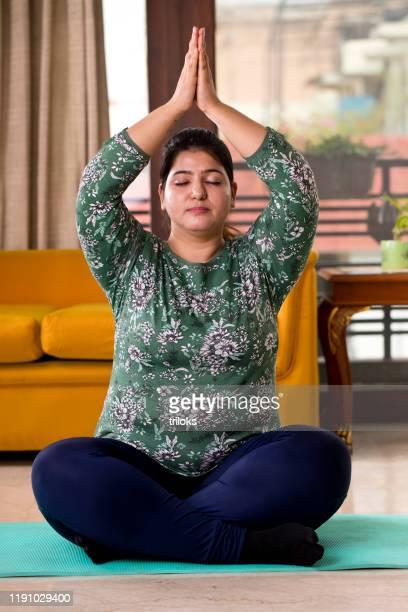 femme de poids excessif s'exerçant à la maison - gros ventre femme photos et images de collection