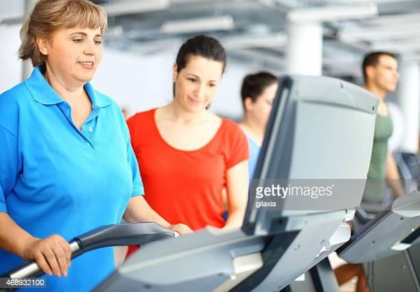 Übergewichtige Frau Training auf dem Laufband.
