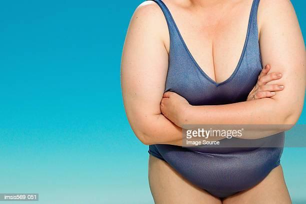 overweight woman in swim suit - gros ventre femme photos et images de collection