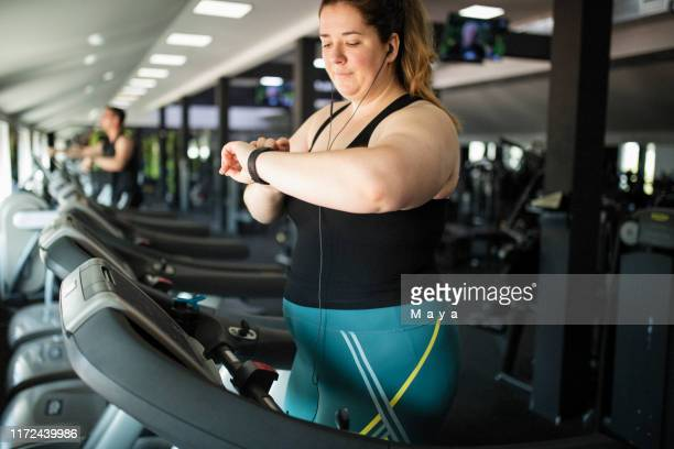overgewicht vrouwen in de sportschool - big fat white women stockfoto's en -beelden