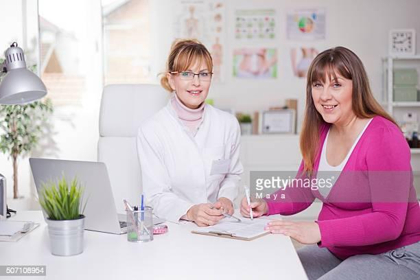 Nutritionniste excédent de femmes au bureau du
