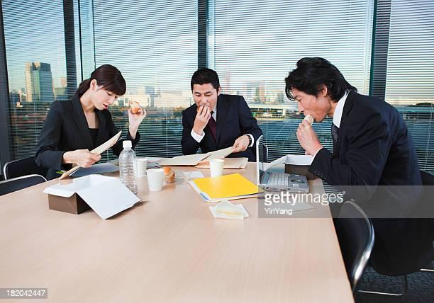 働きすぎ、日本の会社員で働く昼食 - 昼食 ストックフォトと画像