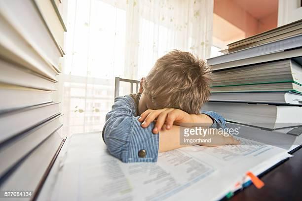 Überarbeitete kleine Junge versucht, zu viel