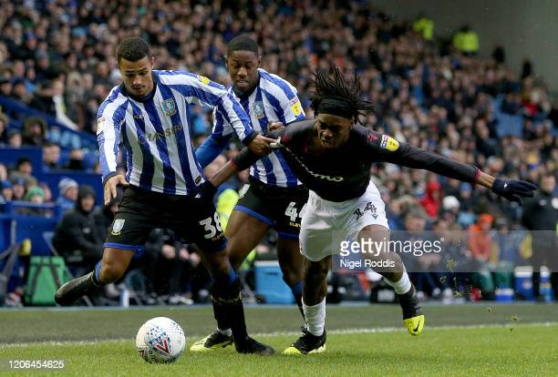 Ovie Ejaria of Reading FC is challenged by Alessio Da Cruz of Sheffield Wednesday and Osaze Urhoghide of Sheffield Wednesday during the Sky Bet...