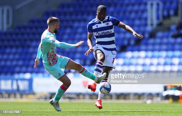Ovie Ejaria of Reading is challenged by Conor Hourihane of Swansea City during the Sky Bet Championship match between Reading and Swansea City at...